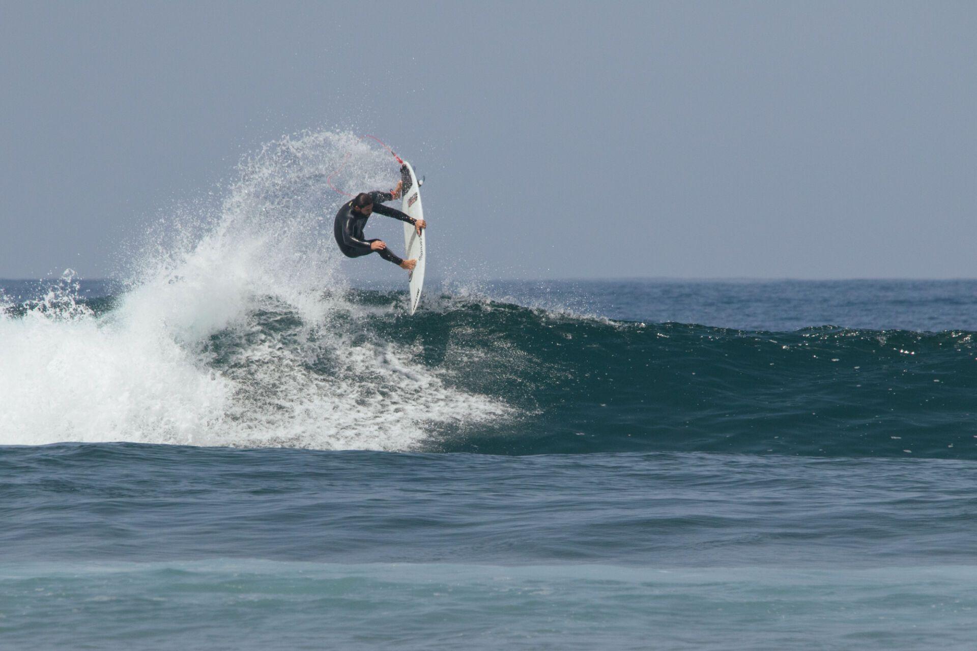Jose María Cabrera maniobra surf Aereo en ola pequeña
