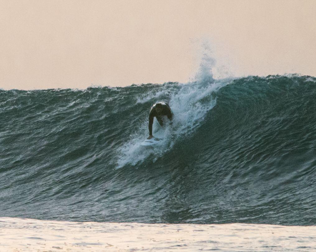 Cómo hacer un buen take off en olas verticales, ponte en pie con un movimiento rápido y fluido