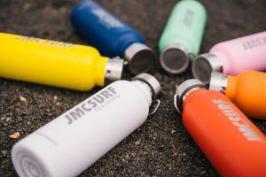 Botellas de acero inoxidable de JMC Surf Training en 7 colores diferentes